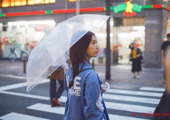 """演员朴信惠公开了近照。 12月1日,朴信惠在自己的Instagram上写道""""下雨的福冈,好想去温泉"""",并公开了一张照片。 照片中朴信惠走在雨中的日本街头,她的身姿看上去仿佛置身一部充满感性的音乐MV画面,非常吸引眼球 此外,朴信惠时尚感十足的服装搭配也吸引了人们的视线。 另外,朴信惠、曹政奭、都暻秀出演的电影《哥哥》计划于2016年上映。"""