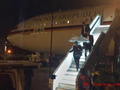 Angela Merkel verlässt die Regierungsmaschine. Das Flugzeug hatte Probleme und musste landen. Foto: Jörg Blank/dpa