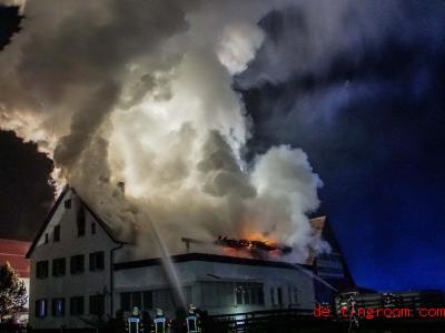 Im Ort Herrenberg hat in der Nacht zum Freitag ein Haus gebrannt. Den Bewohnern ist aber zum Glück nichts passiert. Foto: Dettenmeyer/SDMG/dpa