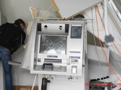 Wenn Bankräuber Geldautomaten sprengen, geht oft eine Menge kaputt. Foto: Arne Dedert/dpa