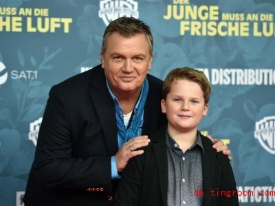 Ein bisschen ähnlich sehen sich der Komiker Hape Kerkeling undder Schauspieler Julius Weckauf schon. Foto: Caroline Seidel/dpa
