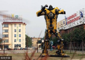 "垃圾变""钢铁侠"" Trash transformed into ""Iron Men"""