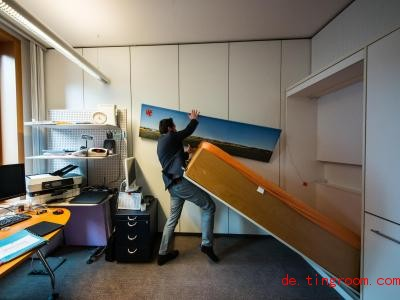 Wenn Benedikt Oster in seinem Büro übernachten will, klappt er das Bett aus der Wand. Foto: Andreas Arnold/dpa