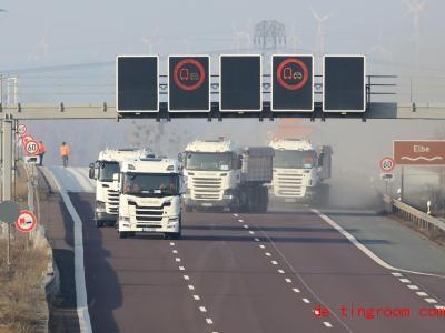 Hier siehst du die Lastwagen, die bei dem Test dabei waren. Foto: Peter Gercke/dpa-Zentralbild/dpa