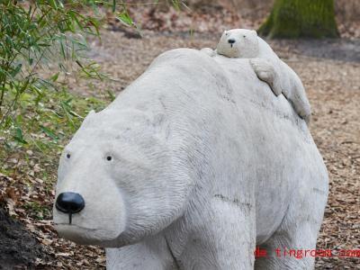 Eisb&auml;renfiguren stehen im Tierpark. Hier ko<em></em>nnten die Mitarbeiter zum ertsen Mal in die Box des neuen Eisb&auml;renbabys. Fotos: Annette Riedl/dpa Foto: Annette Riedl