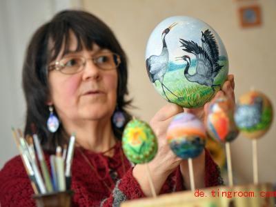 Die Künstlerin Christiane Gohlke bemalt Eier schon, seit sie zehn Jahre alt ist. Foto: Patrick Pleul/ZB