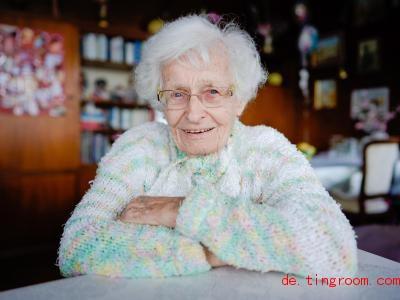 Lisel Heise ist schon 100 Jahre alt. Trotzdem will sie jetzt Politikerin werden. Foto: Uwe Anspach/dpa