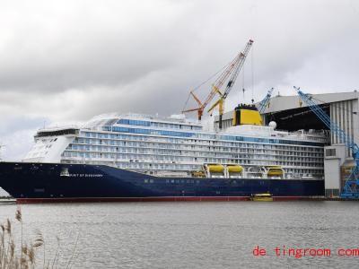 So ein riesiges Schiff muss ganz langsam aus der Werkstatt gebracht werden. Foto:Carmen Jaspersen/dpa