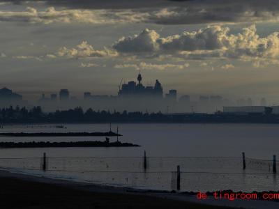 Rauch ist von Bränden auf dem Land in die Stadt Sydney gezogen. Foto: Dean Lewins/AAP/dpa
