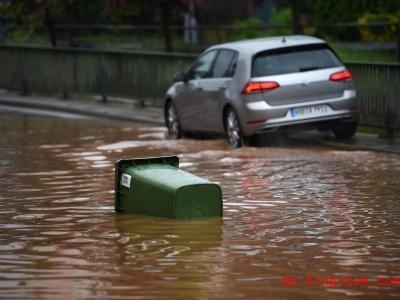 An vielen Orten wurden wegen des Unwetters Straßen überflutet. Foto: Uwe Zucchi/dpa
