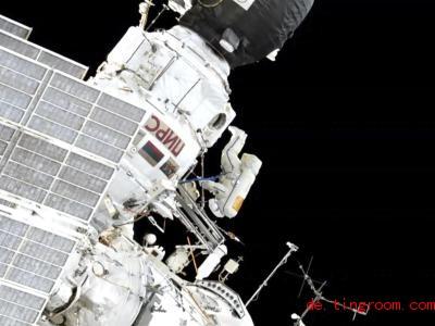 Siehst du den Raumfahrer auf dem Bild? Gemeinsam mit einem Kollegen hat er Außen-Stellen an der Raumstation ISSgeputzt. Foto: NASA/AP/dpa
