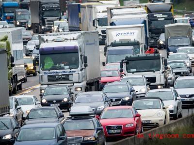 Wenn zu viele Autos auf der Straße sind oder ein Unfall passiert, kann Stau entstehen. Foto: Rolf Vennenbernd/dpa
