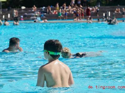 In tieferes Wasser solltest du erst gehen, wenn du sicher schwimmen kannst. Foto: Annette Riedl/dpa