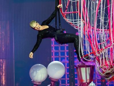 Sängerin Pink turnt offenbar gerne. Hier hängt sie bei einem ihrer Ko<em></em>nzerte von der Decke. Foto: Richard Wainwright/AAP/dpa