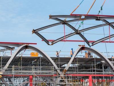 Es muss genau passen! Das Bauteil ist das letzte Stück im neuen Dach eines Bahnhofs. Foto:Daniel Bockwoldt/dpa