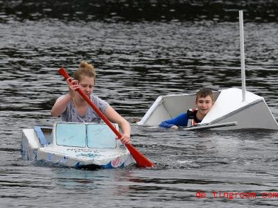 Dana schafft es mit ihrem selbstgebauten Papierboot ins Ziel, während Andreas untergeht. Foto: Carmen Jaspersen