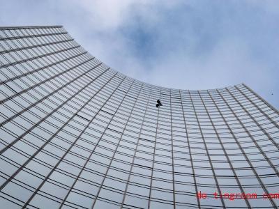 Kein anderer Mensch ist schon an so vielen Gebäuden hochgeklettert wie Alain Robert. Am Wochenende hat er es wieder getan. Foto: Boris Roessler