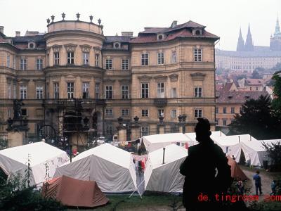 Im Garten der Botschaft standen vor 30 Jahren Zelte: Dort schliefen die vielen Menschen. Foto: Reinhard Kemmether