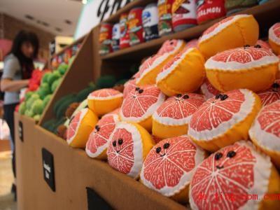 In diesemSupermarkt sind alle Lebensmittel aus Filz. Foto: Christina Horsten/dpa
