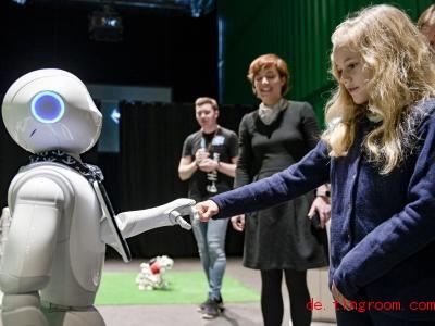 In der Stadt Hamburg kann man gerade Roboter treffen. Foto: Axel Heimken/dpa