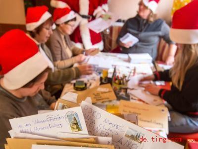 Neben Wunschbriefen fanden die Helfer des Weihnachtsmanns auch Pralinen im Briefkasten. Foto: Michael Reichel/dpa-Zentralbild/dpa