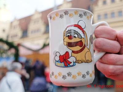 Diese Weihnachtstasse aus der Stadt Leipzig ist sehr beliebt. Foto: Sebastian Willnow/dpa-Zentralbild/dpa