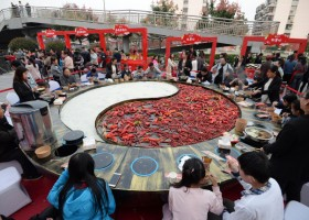 市民共享巨型大火锅 Residents enjoy a giant hotpot in Hebei