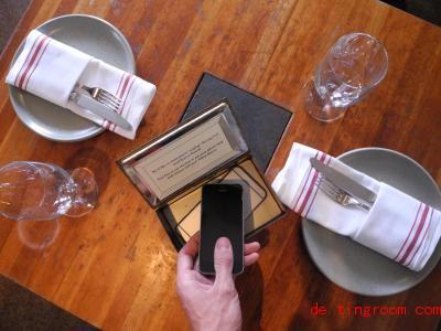 Eine Box fürs Smartphone:Das ist eine Möglichkeit, um die Zeit am Handy zu verkürzen. Foto: Johannes Schmitt-Tegge/dpa