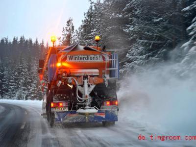 Wenn die Straßen vereist sind, rückt meist der Winterdienst an. Foto: David-Wolfgang Ebener/dpa