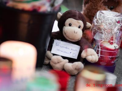 Viele Leute legten Blumen, Plüschtiere und Kerzen am Zoo nieder, um zu zeigen: Wir trauern. Foto: Marcel Kusch/dpa