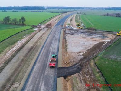 Diese neue Straße soll dafür sorgen, dass weniger Fahrzeuge mitten durch den Ort fahren. Foto: Julian Stratenschulte/dpa