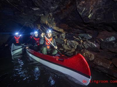 Für einen Abschnitt der Tour müssen die Teilnehmer ins Boot steigen und paddeln. Foto: Hendrik Schmidt/dpa-Zentralbild/dpa