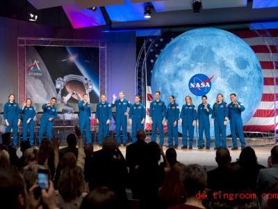 Diese Frauen und Männer feiern den Abschluss ihrer Ausbildung zu Astronauten. Foto: James Blair/NASA/dpa