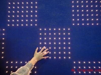 Normalerweise haben Tapeten Muster wie Streifen und Blumen aufgedruckt. Diese hat aber LED-Leuchten. Foto: Silas Stein/dpa