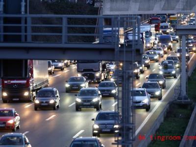 Navis informieren Autofahrer oft über Staus. Foto: Henning Kaiser/dpa