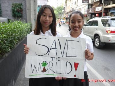 Lilly (l<em></em>inks) und Rio (rechts)setzen sich dafür ein, dass in Thailand die Umwelt und das Klima besser geschützt werden. Foto: Caroline Bock/dpa
