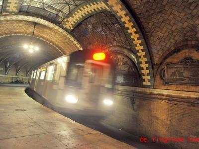 Die New Yorker U-Bahn fährt durch die Station «Rathaus» hindurch, aber sie hält nicht. Foto: Marc A. Hermann/-/MTA New York City Transit/dpa