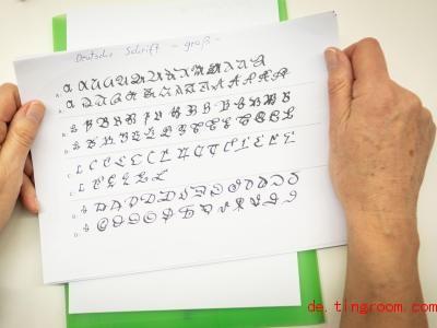 Diese alte Schrift kann heutzutage kaum jemand lesen. Sie heißt Sütterlin-Schrift. Foto: Peter Steffen/dpa