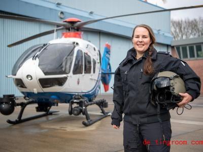 Kirsten Böning arbeitet als Pilotin für die Polizei. Foto: Sina Schuldt/dpa