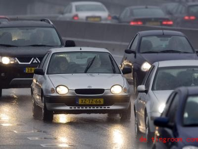 Auf niederländischen Autobahnen darf man nicht mehr schneller als 100 Kilometer pro Stunde fahren. Nachts gibt es Ausnahmen. Foto: Lex van Lieshout/epa/dpa