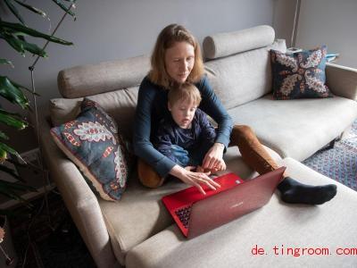 Paul hat das Down-Syndrom. Seine Mutter berichtet über das Leben mit Paul im Internet. Foto: Marijan Murat/dpa