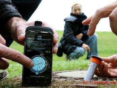 Für diese Art der Schatzsuche braucht man ein Navigationsgerät. Foto: Ingo Wagner/dpa