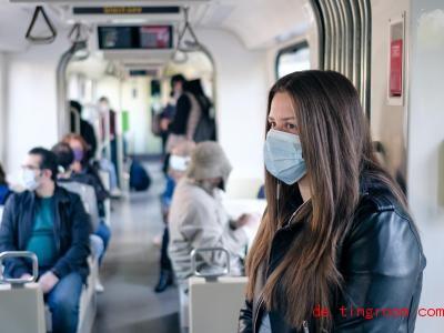 Wer Bus oder Bahn fahren will, muss jetzt Mund und Nase bedecken. Foto: Ole Spata/dpa