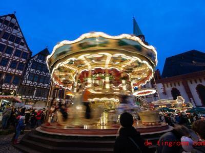 Das Karussell wurde vor 400 Jahren erfunden. Heute darf es auf keinem Jahrmarkt und auf keinem Weihnachtsmarkt mehr fehlen. Foto: Silas Stein/dpa