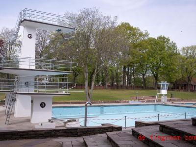 In Schwimmbädern ist Chlor im Wasser. Das ist eine Art Desinfektionsmitteln. Foto: Christian Charisius/dpa