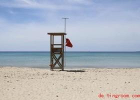 Die Sprache der Fahnen am Strand