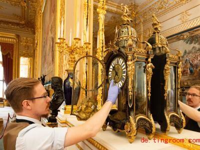 Im Schloss stehen Hunderte Uhren, viele müssen mit der Hand umgestellt werden. Foto: Ben Fitzpatrick/Royal Collection/PA Media/dpa