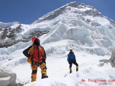 Khim Lal Gautam (l) ist auf den Mount Everest gestiegen, um eine lebensgefährliche Aufgabe zu erfüllen. Foto: Tshiring Jangbu Sherp/privat/dpa