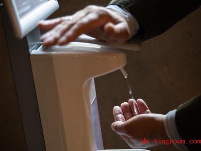 Ein Mann desinfiziert seine Hände. Das gehört seit Corona für viele Menschen zum Alltag. Foto: Christian Charisius/dpa
