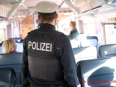 Ein Polizist läuft durch einen Zug. Foto: Sebastian Gollnow/dpa